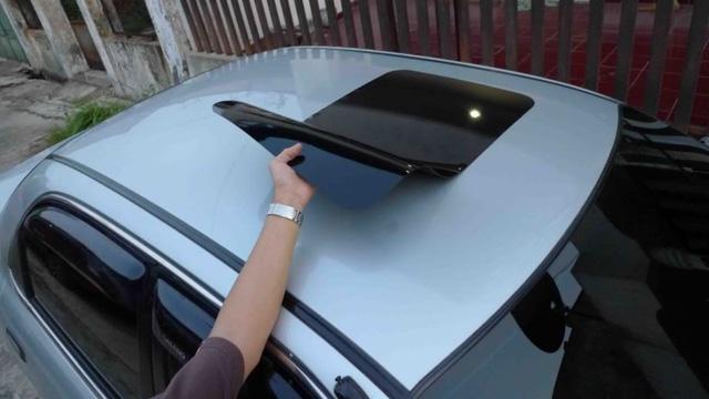 Rộ mốt 'độ' cửa sổ trời giả cho ô tô giá chưa đến 300.000 đồng - Ảnh 2.