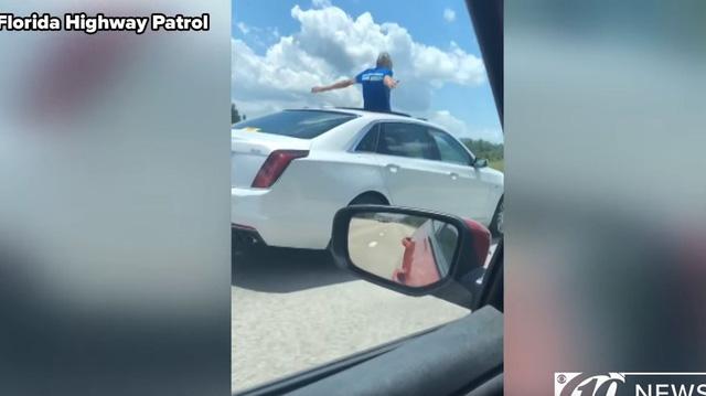 Người đàn ông 70 tuổi cho xe tự lái, trèo lên cửa sổ trời hít thở không khí tự do và câu trả lời khiến người nghe ngỡ ngàng