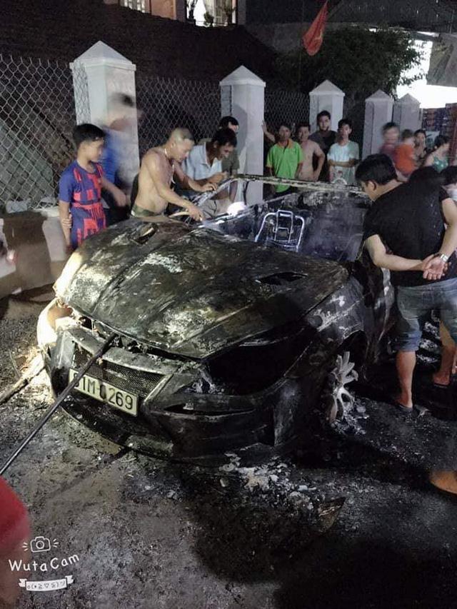 Nam thanh niên tự đốt cháy rụi chiếc Toyota Solara độ hàng độc tại Việt Nam - Ảnh 5.
