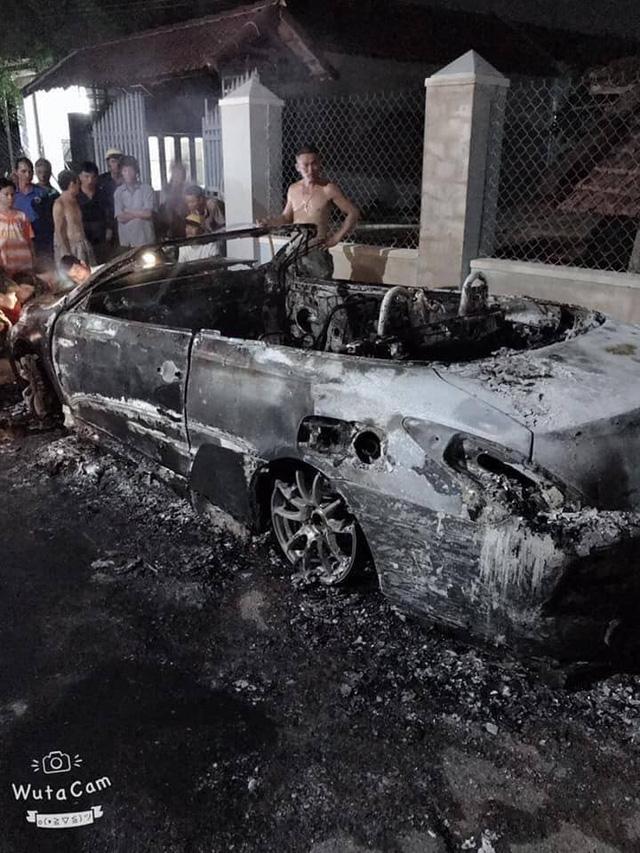 Nam thanh niên tự đốt cháy rụi chiếc Toyota Solara độ hàng độc tại Việt Nam - Ảnh 4.