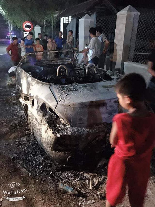 Nam thanh niên tự đốt cháy rụi chiếc Toyota Solara độ hàng độc tại Việt Nam - Ảnh 1.