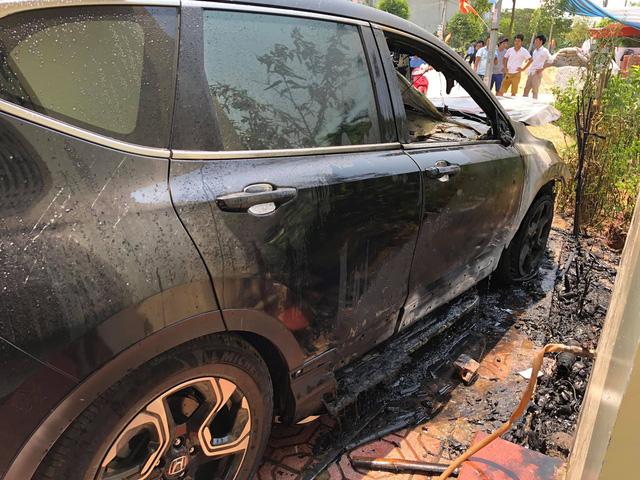 Đỗ xe dưới trời nắng nóng, Honda CR-V bỗng phát nổ rồi bốc cháy thảm thương - Ảnh 4.