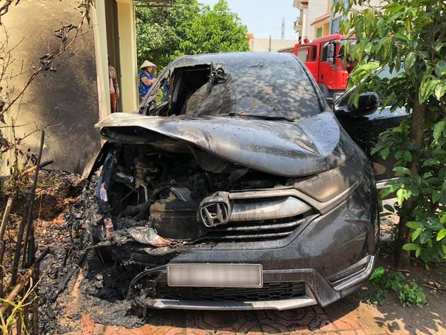 Đỗ xe dưới trời nắng nóng, Honda CR-V bỗng phát nổ rồi bốc cháy thảm thương - Ảnh 1.