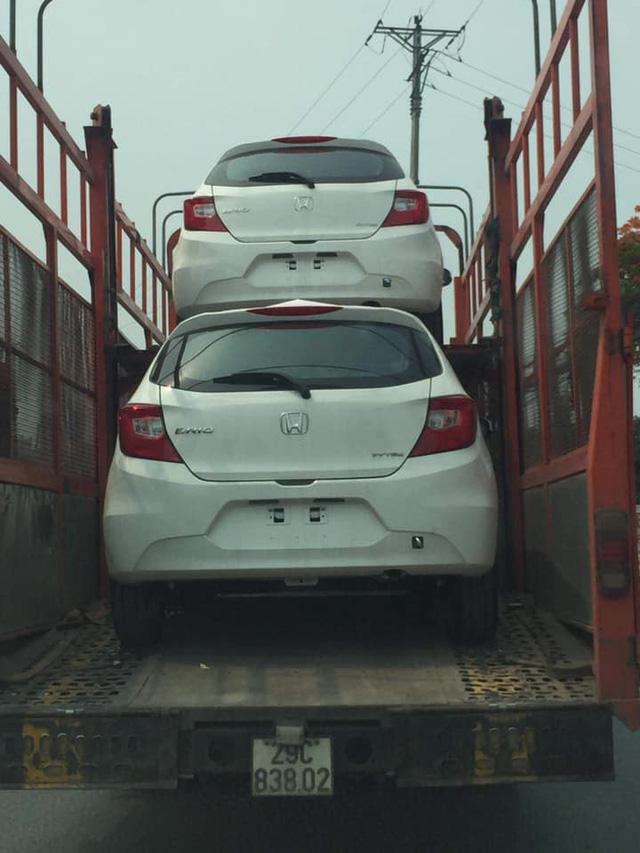 Honda Brio bất ngờ xuất hiện trên trên xe vận chuyển ở Hà Nội, ra mắt trong tháng 6 cùng thời điểm VinFast Fadil bàn giao lô đầu tiên - Ảnh 1.