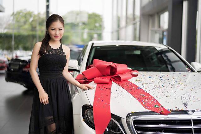 Lộ tin Hương Tràm bán Mercedes-Benz E200 trước khi đi Mỹ - Ảnh 1.