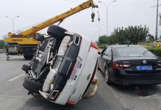 Chồng gào thét trong tuyệt vọng khi vợ cầm lái lấn làn, tông thẳng vào Cadillac mới sắm - Ảnh 2.