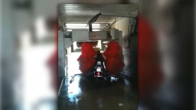 Thua cược bạn bè, người đàn ông và 'nạn nhân' Harley-Davidson tắm trong trạm rửa ô tô