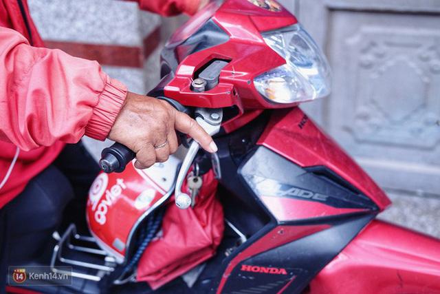Cụ bà 73 tuổi chạy xe ôm công nghệ để nuôi cháu ở Sài Gòn: Nhiều khi buồn tủi lắm, dính mưa là về bệnh nằm luôn... - Ảnh 4.