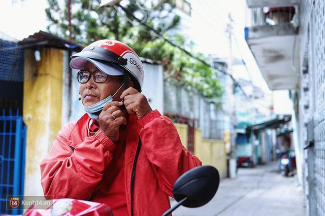 Cụ bà 73 tuổi chạy xe ôm công nghệ để nuôi cháu ở Sài Gòn: Nhiều khi buồn tủi lắm, dính mưa là về bệnh nằm luôn... - Ảnh 8.