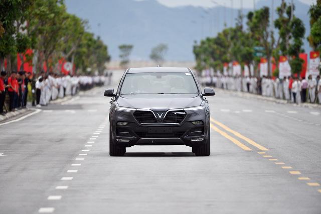 Thủ tướng Nguyễn Xuân Phúc ngồi hàng ghế sau xe VinFast do chính tỷ phú Phạm Nhật Vượng cầm lái - Ảnh 6.
