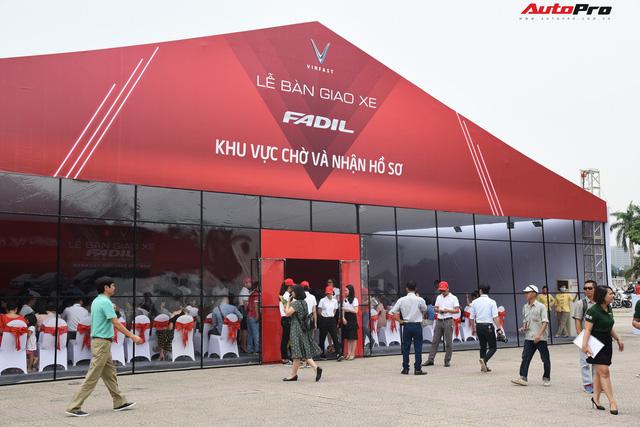 VinFast bàn giao hàng trăm xe Fadil, lập kỷ lục tại Việt Nam - Ảnh 1.