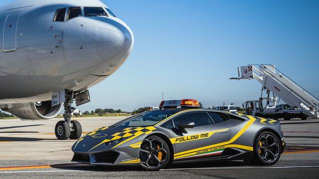 Sân bay nhà người ta: Dùng siêu xe Lamborghini Huracan mới coóng để dẫn đường