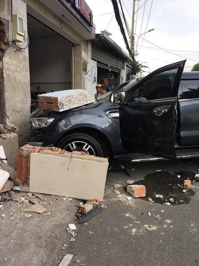 Ô tô 7 chỗ lao thẳng vào nhà dân, đâm sập bức tường dày, dân mạng bàn tán về độ cứng của xe - Ảnh 3.