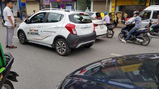 Chiếc VinFast Fadil đầu tiên tại Việt Nam dính va quệt - Ảnh 2.