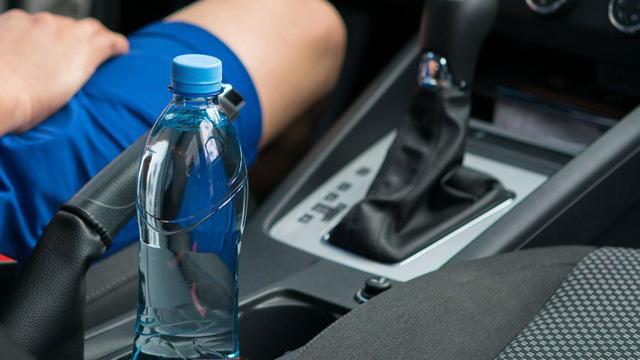 Lính cứu hỏa cảnh báo hiểm nguy tiềm ẩn từ việc để chai nước trong xe ngày nắng nóng