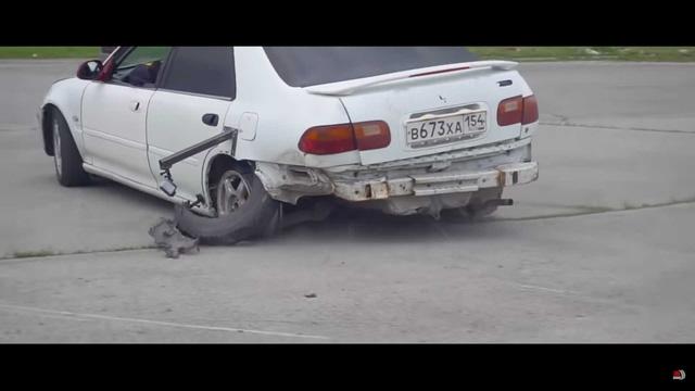 Lái xe quên không nhả phanh tay và đây là hậu quả khiến ai cũng rùng mình - Ảnh 1.
