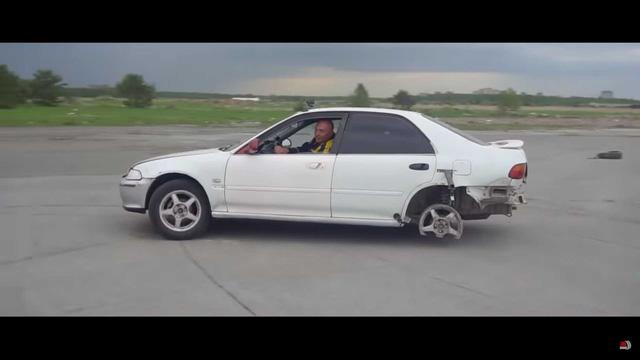 Lái xe quên không nhả phanh tay và đây là hậu quả khiến ai cũng rùng mình - Ảnh 3.
