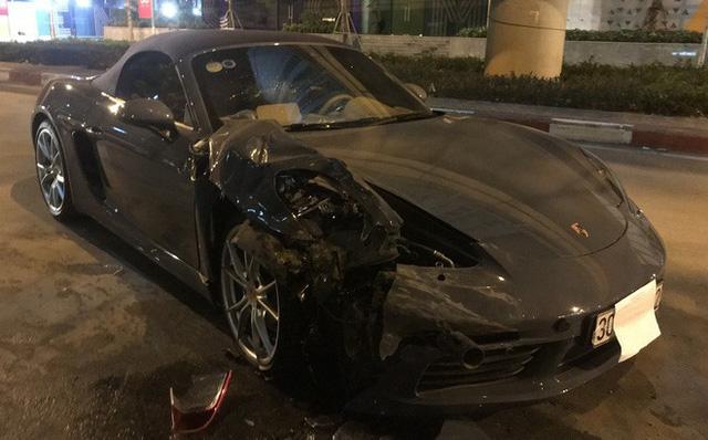 Hà Nội: Porsche 718 Boxster bạc tỷ nát đầu sau khi đâm vào đuôi xe Innova - Ảnh 1.