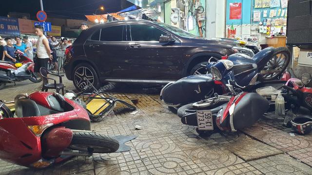 TP. HCM: Nữ tài xế lái Mercedes-Benz GLA250 tông hàng loạt xe máy, nhiều người nằm la liệt trên đường - Ảnh 2.