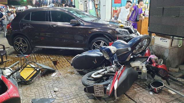 TP. HCM: Nữ tài xế lái Mercedes-Benz GLA250 tông hàng loạt xe máy, nhiều người nằm la liệt trên đường - Ảnh 3.