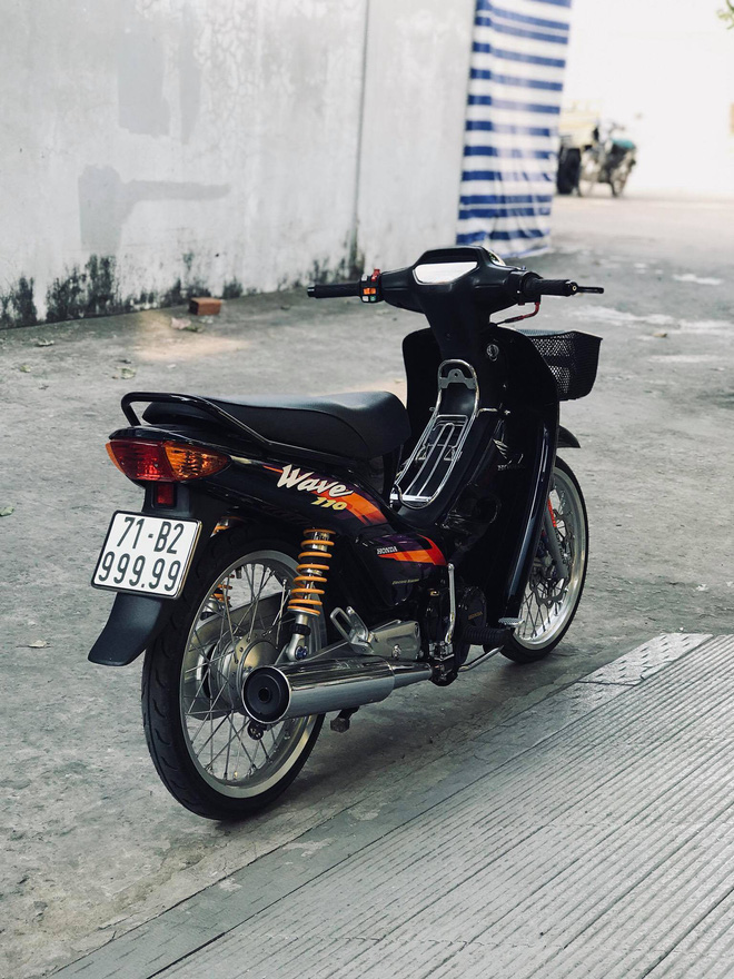 Hai chiếc Honda Wave mang biển số đẹp và đảo ngược nhau (6 và 9). Ảnh: Huỳnh Chí Tâm.