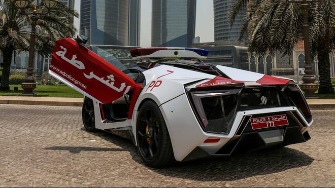 Cảnh sát Trung Đông chơi lớn, trưng dụng siêu xe triệu đô Lykan HyperSport  đi làm nhiệm vụ