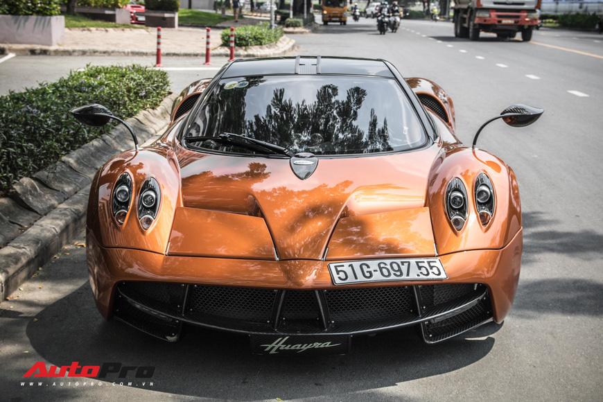 Đeo biển mới, Pagani Huayra đi ăn mừng khắp Sài Gòn cùng cặp đôi siêu xe khủng - Ảnh 1.