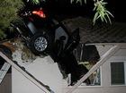 BMW X3 nằm xuyên qua nóc garage, người lái biến mất
