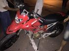 Ducati Hypermotard 796 vướng dây điện, trượt dài trên đường Giải Phóng