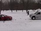 BMW M4 Coupe kéo co với Toyota Tacoma trên tuyết