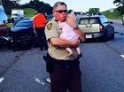 Cảm động với hình ảnh cảnh sát vỗ về bé gái sau tai nạn liên hoàn