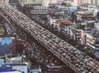 """Giao thông hỗn loạn vì """"đường biến thành sông"""" tại Thái Lan"""