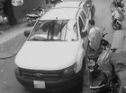 Hà Nội: Người lái vừa ra khỏi xe, Ford Ranger tự lao lên vỉa hè