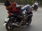Nóng trong ngày: Nam thanh niên lái xe Airblade bằng chân gây bức xúc