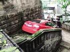 Lái xe Honda xuống cầu thang để trốn cảnh sát nhưng bất thành