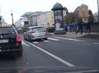 Vô tình chạm chân vào Audi A4, một người đi bộ bị ném xuống kênh