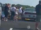 Người phụ nữ xinh đẹp đập vỡ cửa kính ô tô để cứu một bé gái