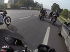 Nhóm biker dàn hàng ngang trên cao tốc để cứu chú chó lạc