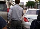 Hà Nội: Mercedes-Maybach S600 vừa ra biển trắng đã gặp tai nạn