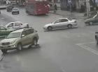 """Xe SUV Toyota chèn qua người phụ nữ như đi trên """"lươn giảm tốc"""""""