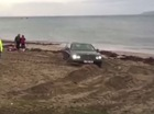Xe sang Bentley của thiếu gia mắc kẹt trên bãi biển