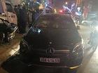 Kiều nữ đánh ghen hộ mẹ, đập vỡ kính xe Mercedes-Benz