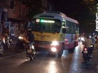 Hình ảnh thanh niên dựng xe máy, chặn đầu xe buýt lấn làn gây tranh cãi