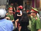 Hà Nội: Công an phường bê cả cô gái lẫn xe máy lên xe thùng