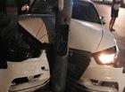 """Nghệ An: Xe sang Audi """"lõm đầu"""" vì đâm vào cột điện"""