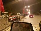 Hà Nội: Ford Ranger lao vào hàng rào, thanh sắt đập vỡ kính ô tô khác