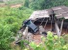 Yên Bái: Toyota Corolla Altis bay từ đường cao tốc xuống nóc nhà dân
