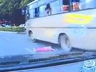 """Bé gái rơi ra từ cửa sổ xe buýt, người đi đường """"hết hồn"""""""