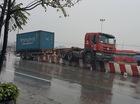 Hà Nội: Xe container nằm chênh vênh trên dải phân cách