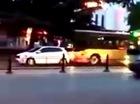 Cố tình chặn đầu xe buýt, người đàn ông lái ô tô con trả giá đắt